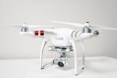 Surrquadrocopter på vit bakgrund Arkivbild