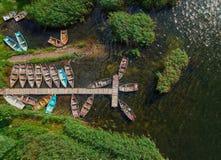 Surrsikt av fartyg på en sjö royaltyfri foto