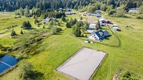 Surrsikten av lantgårdhuset och gräsplan betar royaltyfri foto