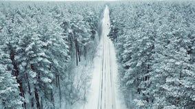 Surrstart över den snöig landsvägen i prydligt trä, vinterlandskap arkivfilmer