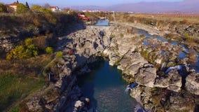 Surrvideo - flyg över klyftan till vattenfallet stock video