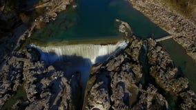 Surrvideo - flyg över vattenfallet arkivfilmer
