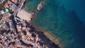 Surrvideo - flyga över den Castelsardo staden - Sardinia stock video