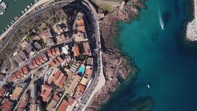 Surrvideo - flyga över den Castelsardo staden - Sardinia lager videofilmer