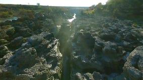 Surrvideo - folk stå nära vattenfallet - flyg över vattenfallet över klyftan arkivfilmer