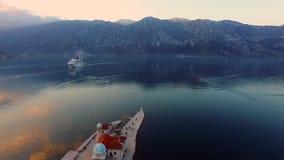 Surrvideo - kryssningskepp i fjärden av Kotor efter solnedgång, Perast arkivfilmer