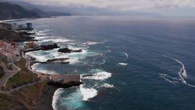 Surrvideo - lång kustlinje till horisonten, El Pris, Tenerife, kanariefågelöar, Spanien arkivfilmer