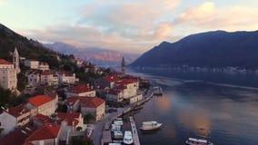 Surrvideo - Perast, gammal stad på fjärden av Kotor i Montenegro arkivfilmer