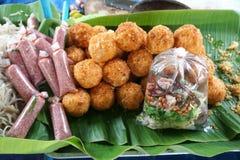 Surt griskött och frasiga ris arkivfoto