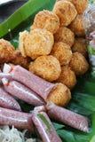 Surt griskött och frasiga ris arkivbilder