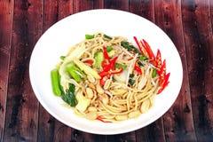 Surt och sötsaken stekte den kinesiska nudeln med grönsaken Arkivfoto