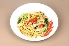 Surt och sötsaken stekte den kinesiska nudeln med grönsaken Arkivfoton
