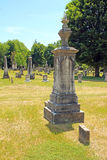 Surt regn på kyrkogårdgravstenen Royaltyfri Foto