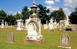 Surt regnskada på kyrkogårdgravstenen Royaltyfri Fotografi