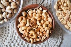 Surtido asado de los cacahuetes en la placa marrón Foto de archivo libre de regalías