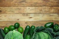 Surtido de aguacates verdes orgánicos de los paprikas de los pepinos del calabacín de la col de col rizada de las verduras dispue fotos de archivo