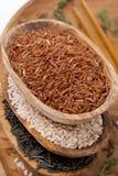 Surtido de arroz en cuencos de madera, visión superior Fotos de archivo libres de regalías