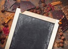 Surtido de barras de chocolate, de trufas, de especias y de polvo de cacao imagenes de archivo