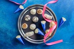 Surtido de caramelos de chocolate finos con la cinta para el día de tarjetas del día de San Valentín fotografía de archivo