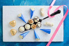 Surtido de caramelos de chocolate finos con la cinta para el día de tarjetas del día de San Valentín foto de archivo libre de regalías