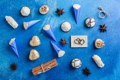 Surtido de caramelos de chocolate finos con la cinta para el día de tarjetas del día de San Valentín imágenes de archivo libres de regalías