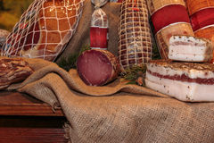 Surtido de carnes y de salami curados en el carnicero Shop Foto de archivo libre de regalías