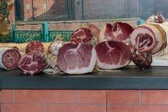 Surtido de carnes y de salami curados en el carnicero Shop Fotografía de archivo