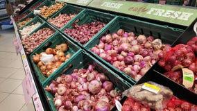 Surtido de cebollas del bulbo vendidas en el mercado estupendo imagenes de archivo
