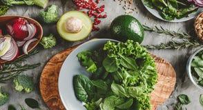 Surtido de comida orgánica fresca de las verduras del granjero para cocinar dieta y la nutrición vegetarianas del vegano imagen de archivo