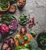 Surtido de comida orgánica fresca de las verduras del granjero para cocinar dieta y la nutrición vegetarianas del vegano foto de archivo