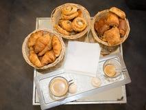 Surtido de cruasanes de los pasteles franceses Fotos de archivo