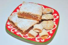 Empanada de manzana, galletas del atasco y pan de jengibre hechos en casa Imagen de archivo