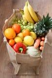 Surtido de fruta y verdura en bolso del eco Fotografía de archivo