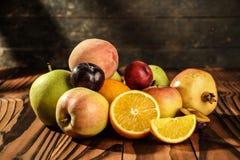 Surtido de frutas exóticas en la tabla de madera Fotos de archivo libres de regalías