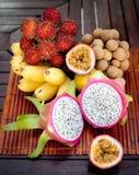 Surtido de frutas exóticas tropicales: dragonfruit, plátanos, pasión, longan, rambutan imagenes de archivo
