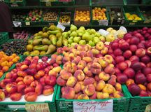 Surtido de frutas frescas coloridas en venta en un mercado imagen de archivo