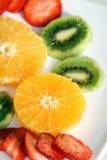 Surtido de frutas recientemente rebanadas Fotos de archivo libres de regalías