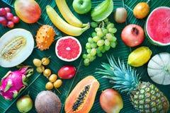 Surtido de frutas tropicales en las hojas de palmeras Imagenes de archivo
