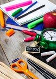 Surtido de fuentes de la oficina y de escuela en la tabla de madera Imagen de archivo libre de regalías