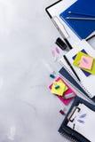Surtido de fuentes del negocio de la escuela, creyones, plumas Foto de archivo libre de regalías