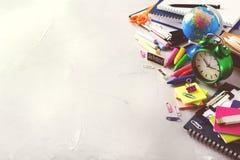 Surtido de fuentes del negocio de la escuela, creyones, plumas, entonadas Fotografía de archivo