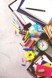 Surtido de fuentes del negocio de la escuela, creyones, plumas, entonadas Fotos de archivo