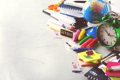 Surtido de fuentes del negocio de la escuela, creyones, plumas, entonadas Fotografía de archivo libre de regalías
