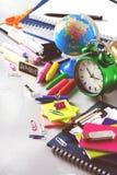 Surtido de fuentes del negocio de la escuela, creyones, plumas, entonadas Fotos de archivo libres de regalías