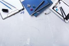 Surtido de fuentes del negocio de la escuela, creyones, plumas Imagenes de archivo