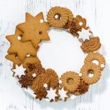 surtido de galletas de la Navidad en una placa blanca, visión superior Imagen de archivo
