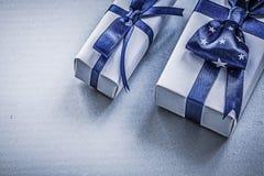 Surtido de giftboxes envueltos en los días de fiesta azules del fondo concentrados fotos de archivo libres de regalías