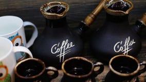 Surtido de la taza de café que diferencia de las tazas divertidas grandes con la imagen del búho a las tazas marrones clásicas de almacen de metraje de vídeo