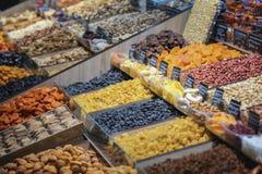 Surtido de las frutas secas, secadas orgánicas, contador en el mercado de la comida, bocado sano healsy orgánico, foco selectivo fotografía de archivo