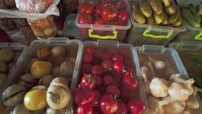 Surtido de las salmueras, de las setas, de los tomates, de las cebollas y de otro salar en mercado local de la comida de la comid almacen de metraje de vídeo